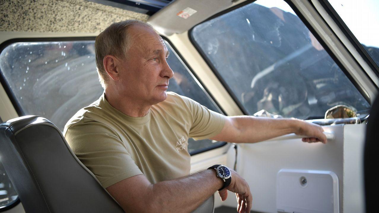 El presidente ruso Vladimir Putin repite vacaciones en Siberia pero esta vez no lo hemos visto con el torso desnudo o a caballo sino vestido en tonos caqui. Aquí, mirando al horizonte desde un barco por el río Yenisey