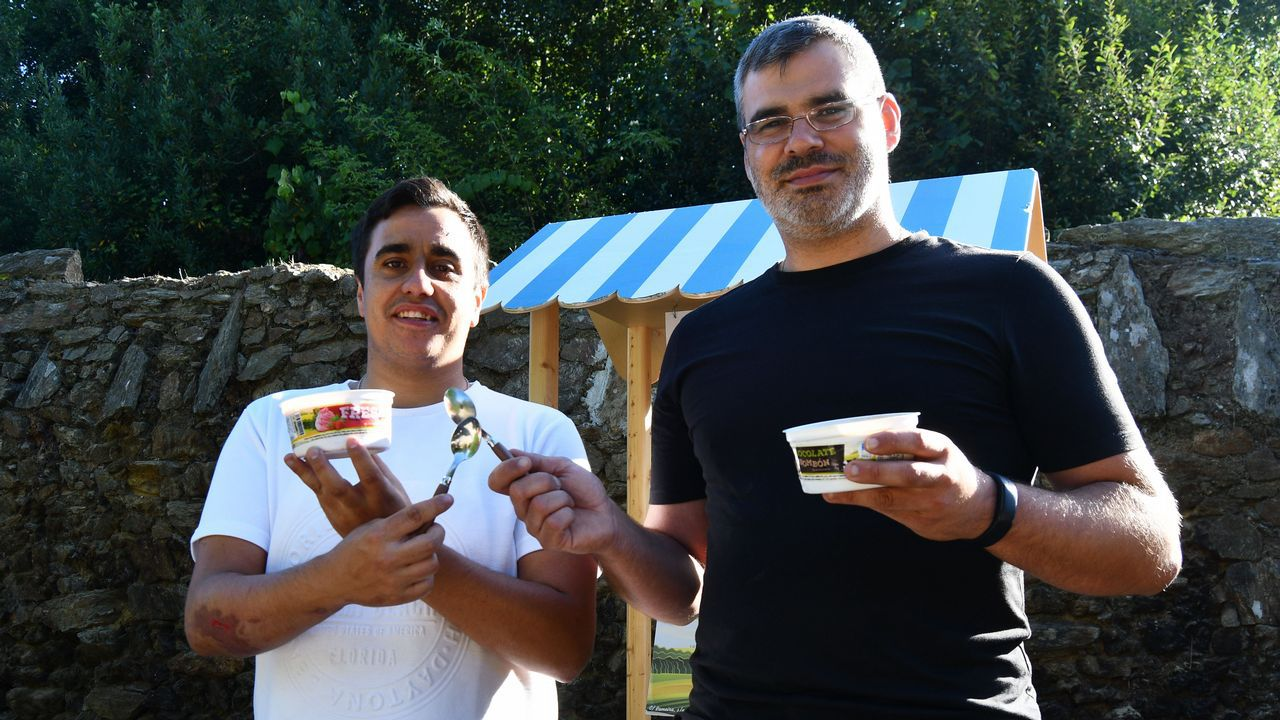 Manuel Da Cunha Rodríguez y Román Rodríguez Cañás posan con los recipientes de medio litro del Desafío San Martiño.