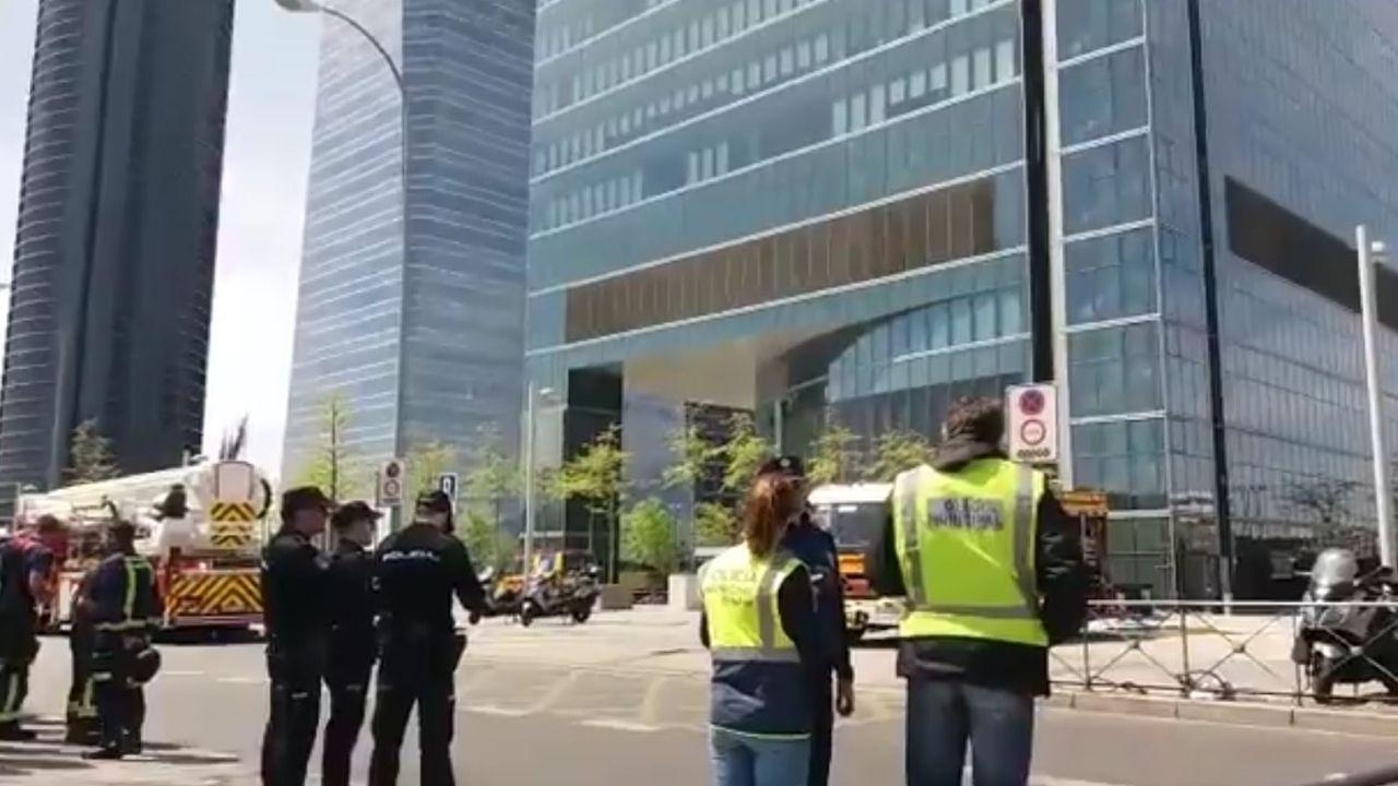 Efectivos policiales y de emergencia, ante la torre desalojada