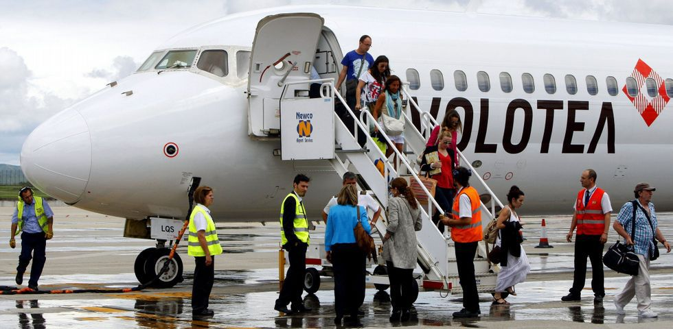 Un grupo de pasajeros consulta los vuelos en el Aeropuerto de Asturias.Volotea repetirá sus rutas a Valencia, Ibiza y Mallorca en las que movió 16.000 pasajeros con una ocupación del 78 % en sus aviones.