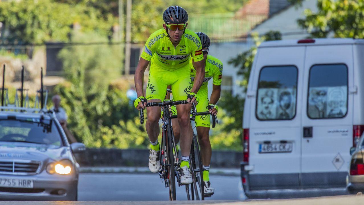 Las fuentes de Vigo que no funcionan.El británico Christopher Froome, líder general al final de la decimosexta etapa del Tour de Francia 2017, sube al podio para celebrar su maillot amarillo