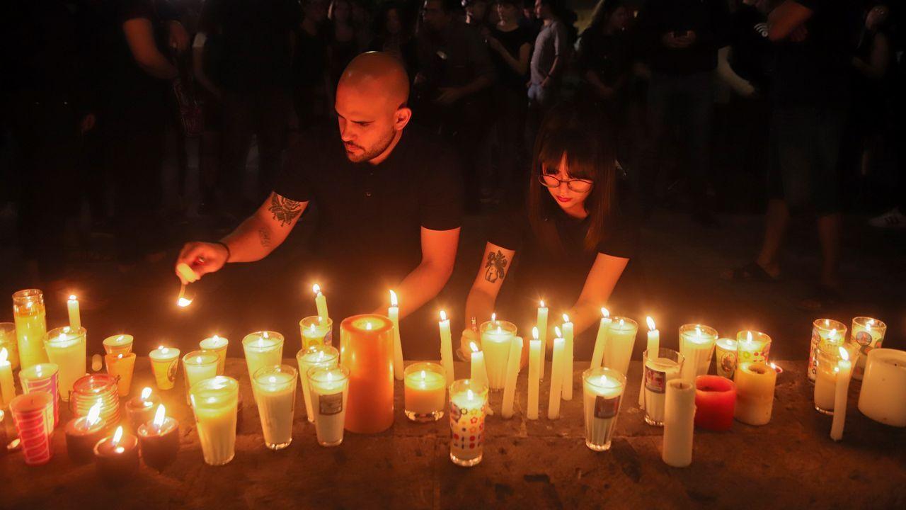 Estudiantes dejan velas en México para protestar por el asesinato de tres jóvenes en Guadalajara