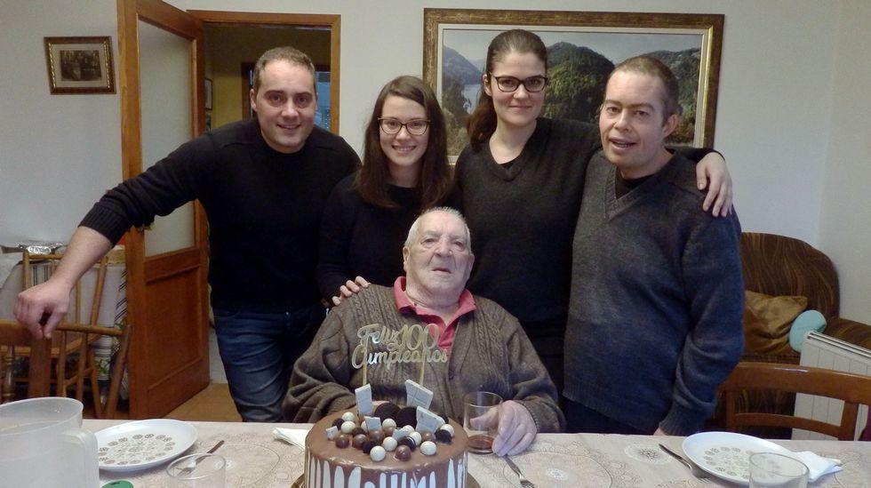 Casimiro, con sus nietos Marcos, Patricia, Tania y Juan