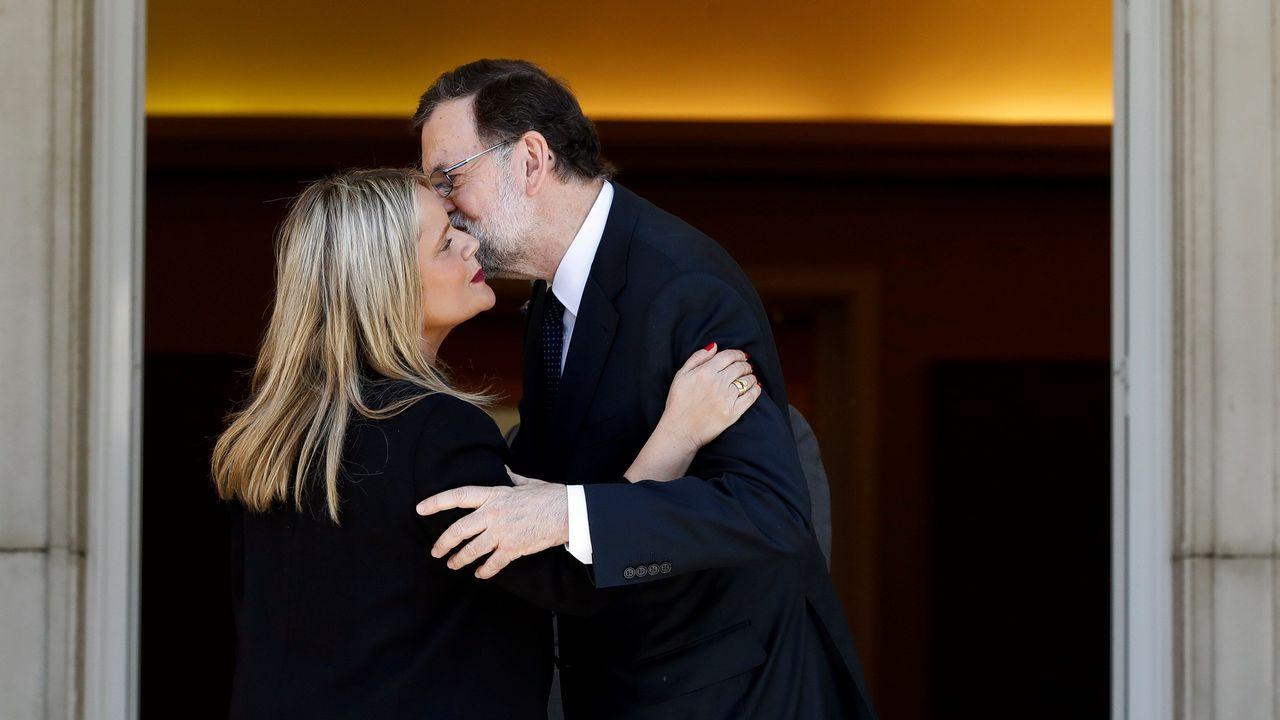 .El presidente del Gobierno, Mariano Rajoy, saluda a la presidenta de la Fundación Víctimas del Terrorismo, Mari Mar Blanco, a su llegada a la reunión mantenida con representantes de asociaciones de víctimas del terrorismo en el Palacio de la Moncloa
