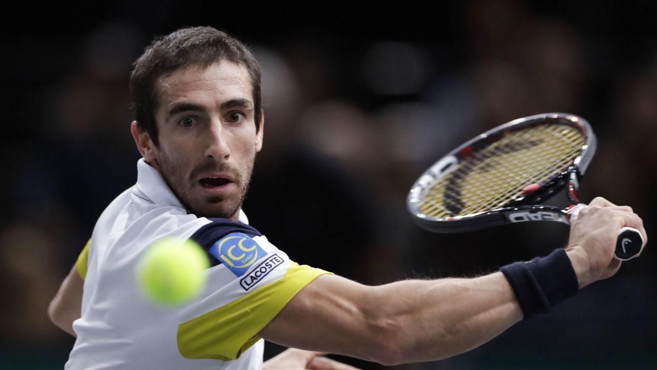 El tenista asturiano Pablo Carreño devuelve una bola al francés Nicolas Mahut en su partido del Abierto de Estados Unidos, en el centro USTA del Flushing Meadows en Nueva York