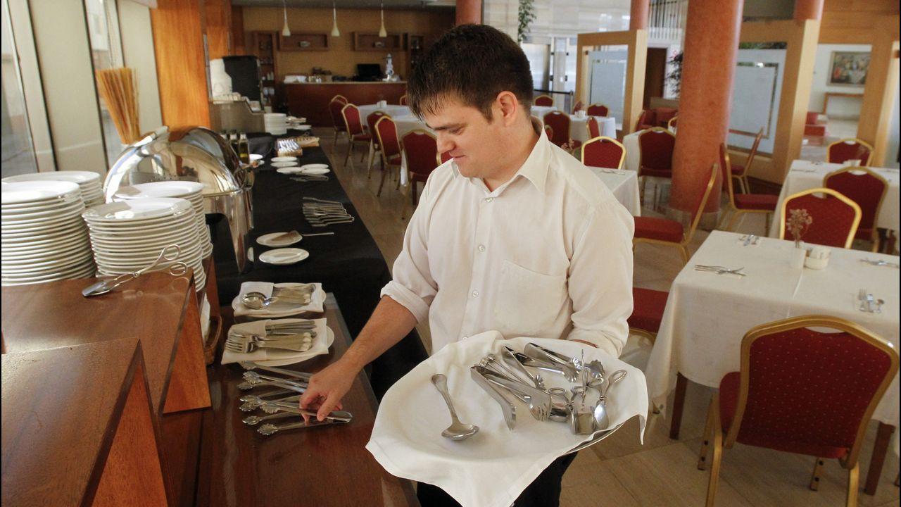 En el hotel donde trabaja, se ocupa del montaje de las mesas