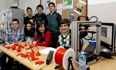 Alumnos de Tecnología de Ames muestran su impresora 3D y las piezas elaboradas con ella.