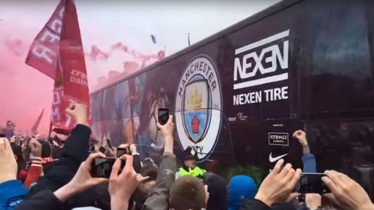 Los ultras del Liverpool, a botellazos con el bus del Manchester City.