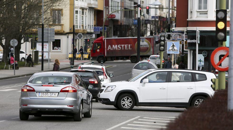 Ciclistas por el centro de Gijón.Una grúa retira los restos del autobús de la compañía Alsa que hoy se ha empotrado contra una pilastra de hormigón de un paso elevado de la circunvalación de Avilés, en un accidente de tráfico que ha causado al menos cinco fallecidos y una quincena de heridos de diversa consideración.
