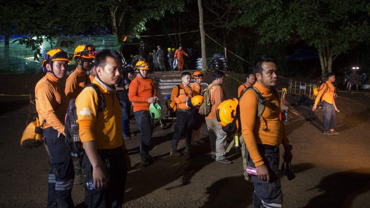 Decenas de personas trabajan en el complicado rescate.