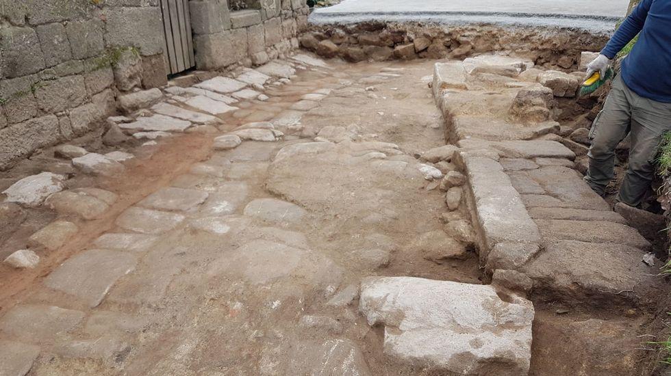 Obras en El Camiño Real en el acceso al Parador de Monterrei.