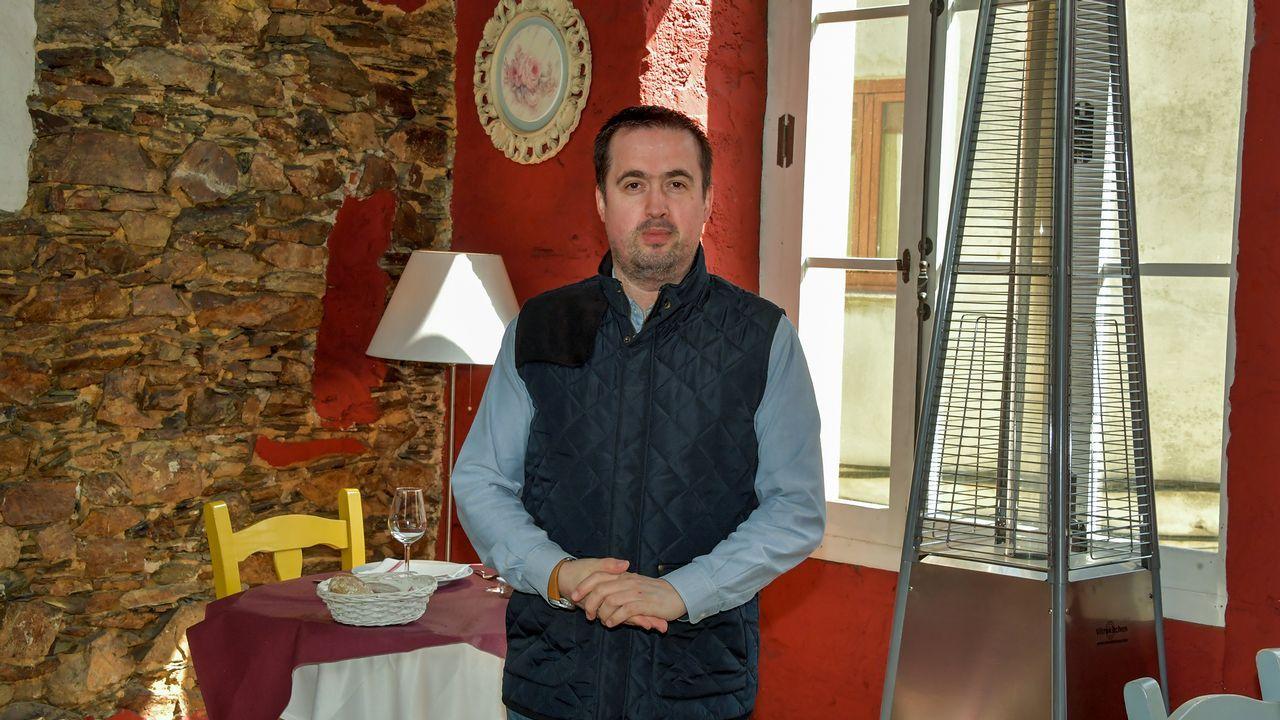 Turista entrando a un hotel en Vigo