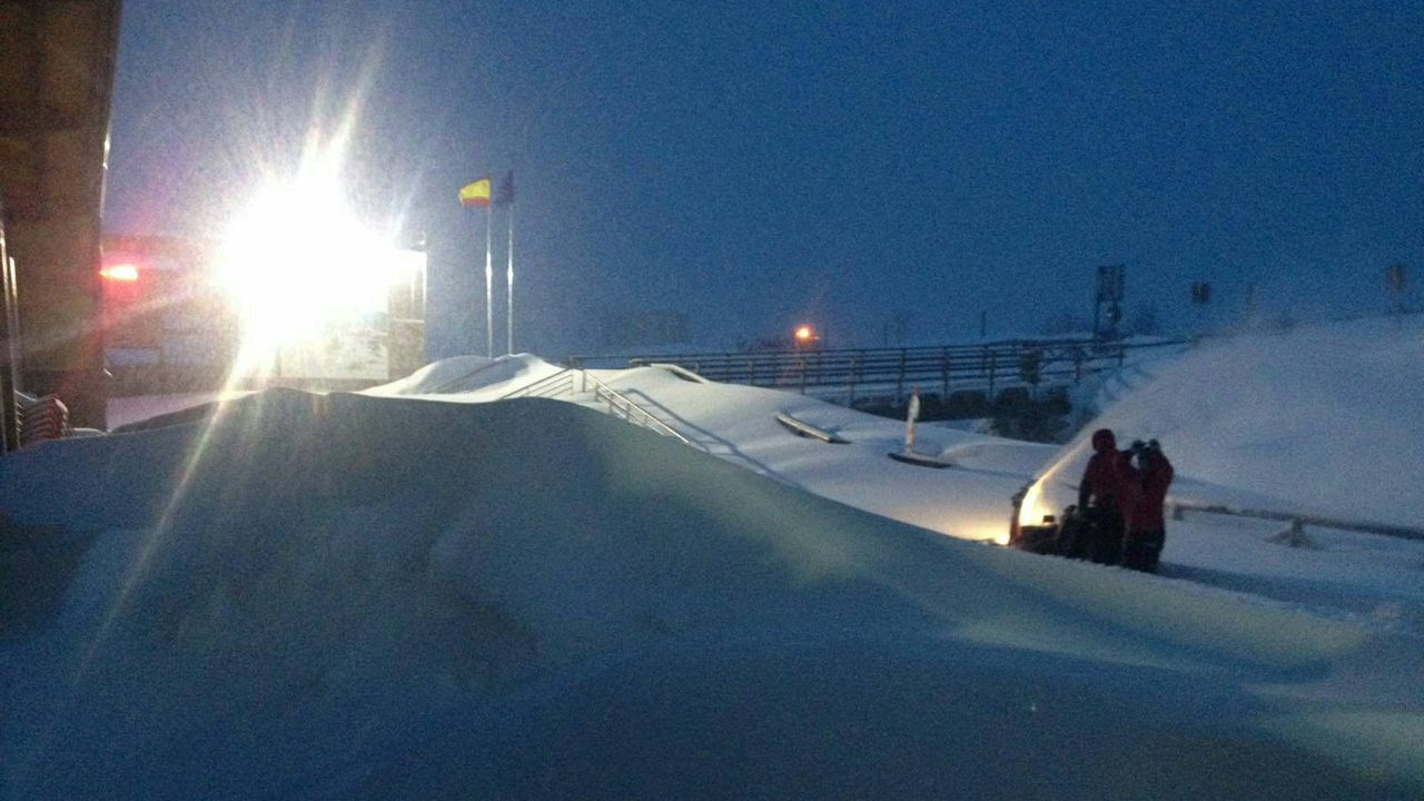 La nieve dificulta el tráfico en la autopista del Huerna.Fuentes de Invierno, a primer hora de la mañana