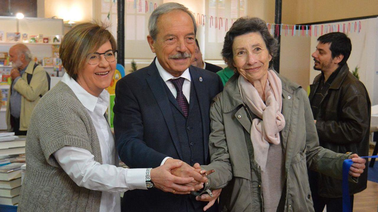 Mar Prieto, presidenta de la Asociación de Libreros de Oviedo; Wenceslao López, alcalde de oviedo; Mercedes González, concejala de Somos. En LibrOviedo