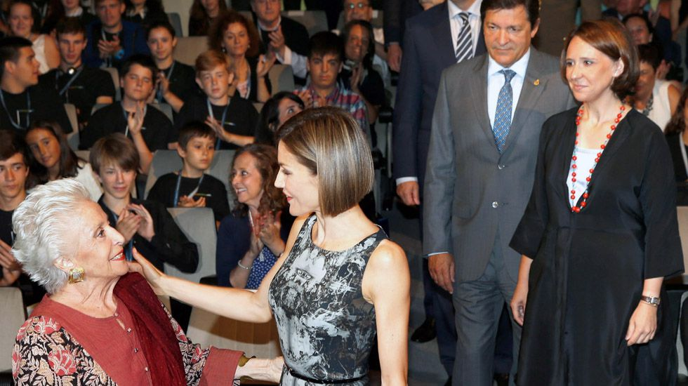 La reina Letizia saluda a Teresa Berganza, ante la mirada de Javier Fernández y Teresa Sanjurjo, durante la inauguración de los cursos musicales de la Fundación Princesa 2015.La reina Letizia saluda a Teresa Berganza, ante la mirada de Javier Fernández y Teresa Sanjurjo, durante la inauguración de los cursos musicales de 2015