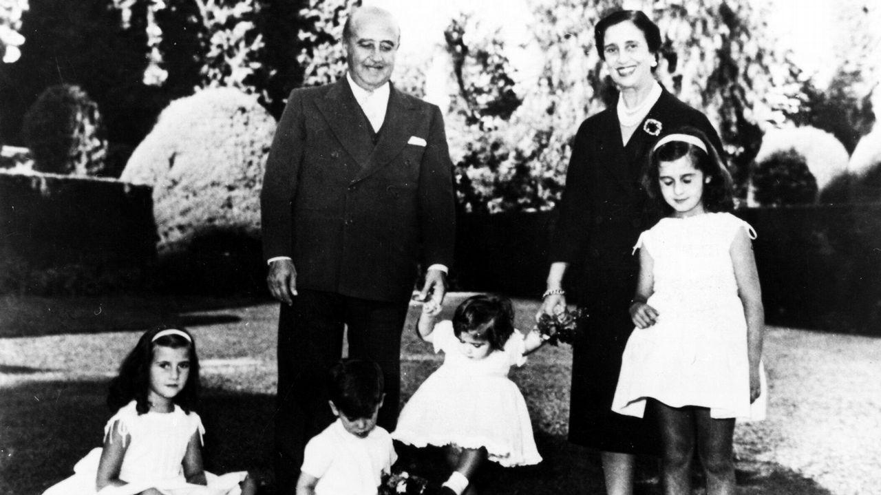 Imagen historica de Francisco Franco y Carmen Polo con cuatro de sus nietos en los jardines del palacio del Pardo