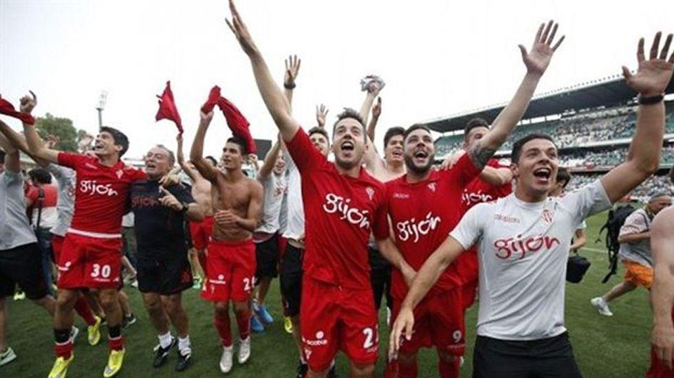 Los jugadores celebran el ascenso tras el partido contra el Betis.
