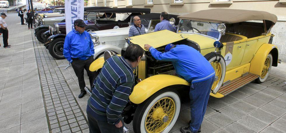 .Los coches históricos estuvieron ayer expuestos por la mañana en la plaza de España.