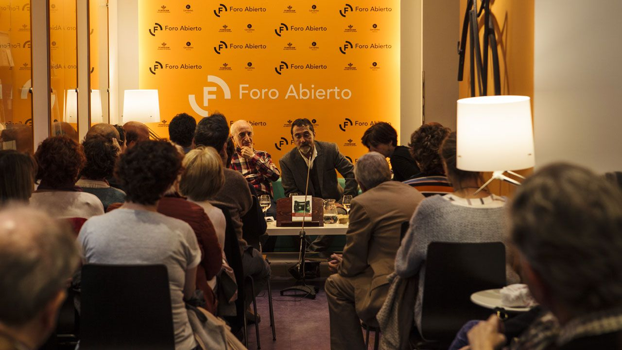 Álvaro Díaz Huici, junto a José Antonio Mases, durante la presentación de 'Jugadores de billar' en la librería Cervantes