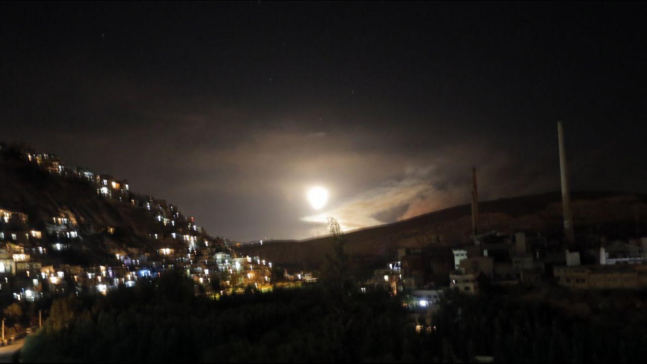 Israel acusa a Irán de un ataque aéreo y responde bombardeando varias bases militares iraníes.