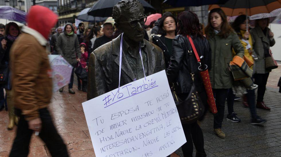 Los momentos que marcaron los 50 años de Felipe VI.Un cartel con acusaciones contra Woody Allen cuelga durante una manifestación contra la violencia de género