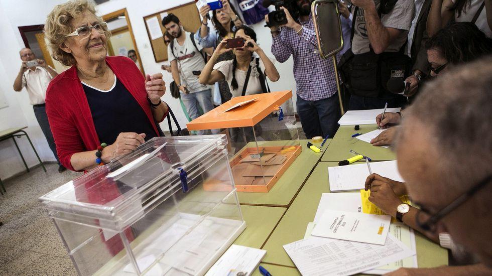 .La alcaldesa de Madrid, Manuela Carmena, vota en el madrileño barrio de Hortaleza