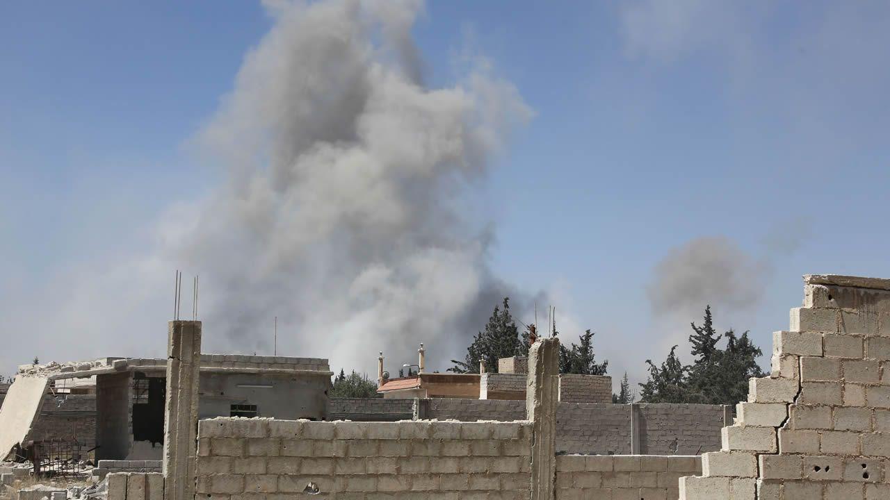 .Humo sobre la ciudad siria de Duma