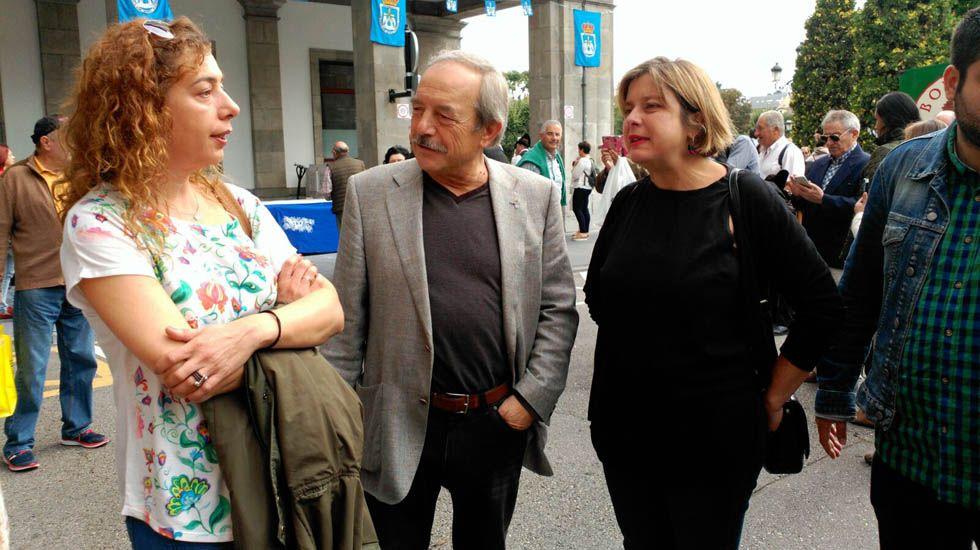 La Navidad ilumina las calles de Oviedo.Wenceslao López, Ana Taboada y Cristina Pontón