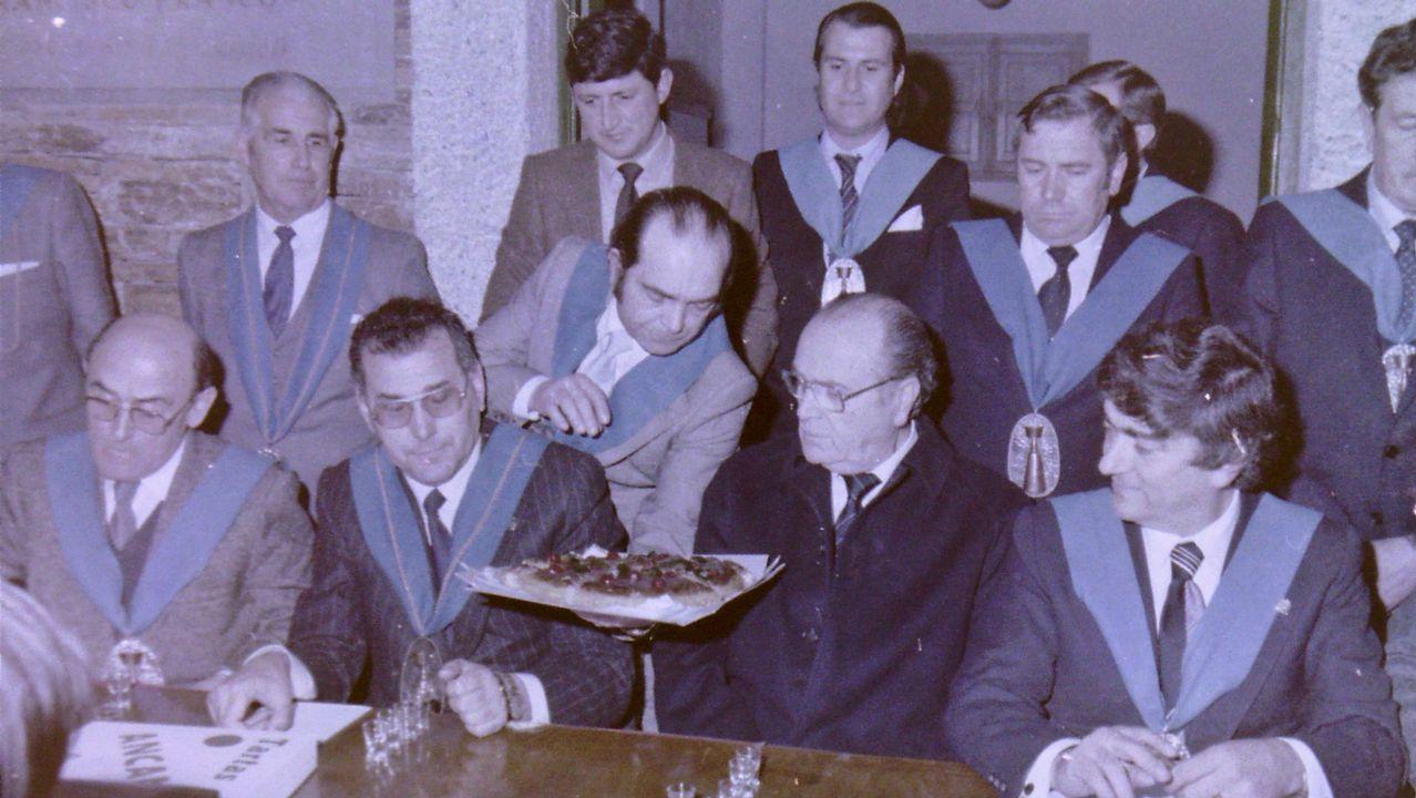 Instante en el que Xosé Luis Barreiro Rivas, que fue número dos del Gobierno de Albor y que propicio su caída al dimitir, besa al antiguo presidente