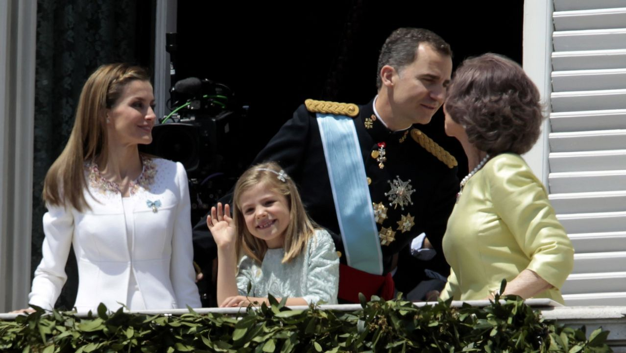 .El Rey Felipe VI y la Reina Letizia saludan a la gente en un balcón del Palacio Real tras ser proclamado monarca de España, junio de 2014