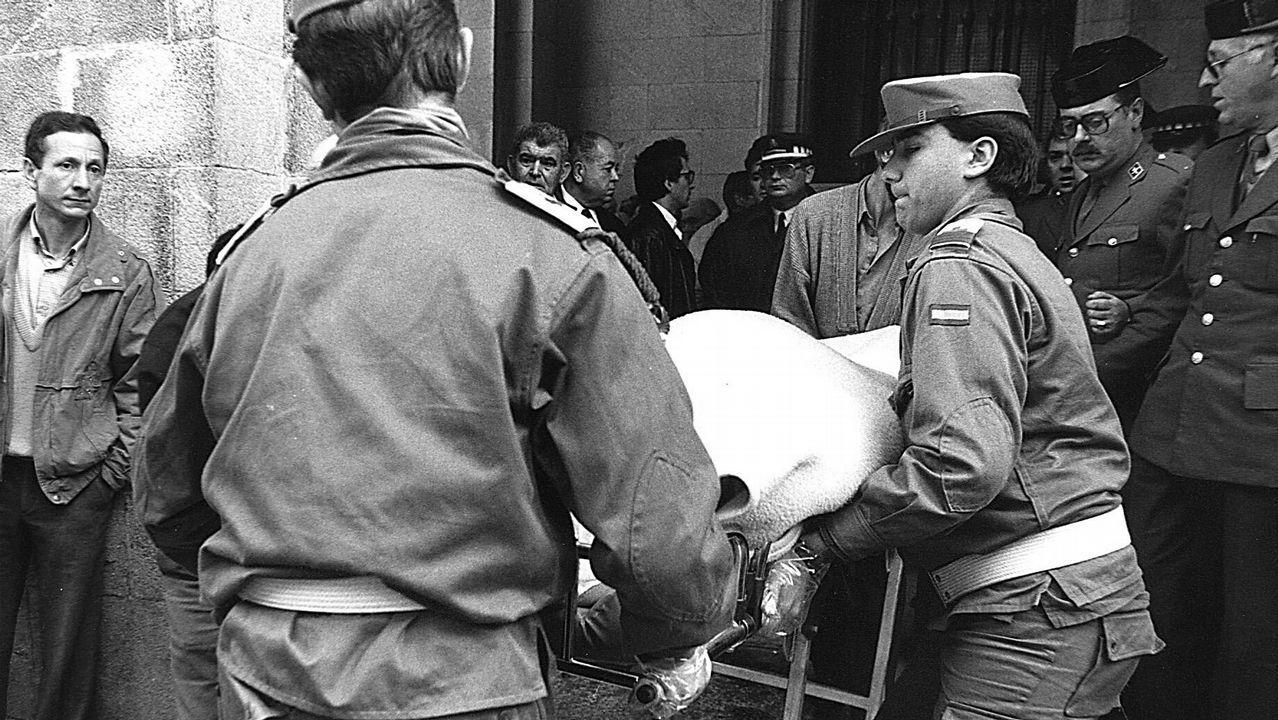 Traslado del cadáver de uno de los dos guardias civiles asesinados a tiros en el Banco de España en Santiago el 10 de marzo de 1989