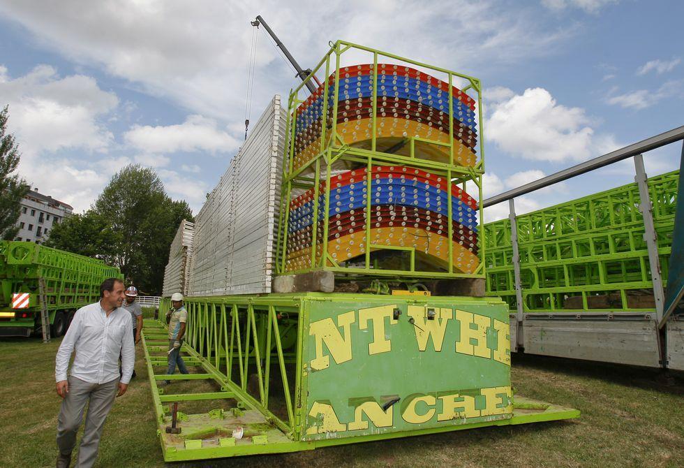 Los responsables de la noria iniciaron ayer su montaje en el parque carballés del San Martiño.