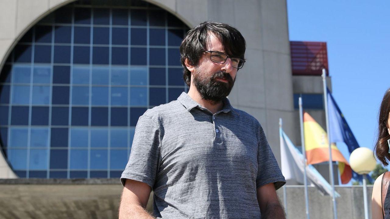 Marcos Cal (Parlamento de Galicia). Activista social e inscrito en Podemos desde su creación, forma parte de los diputados gallegos críticos con Villares. Está en la actual dirección de Podemos Galicia. Errejonista