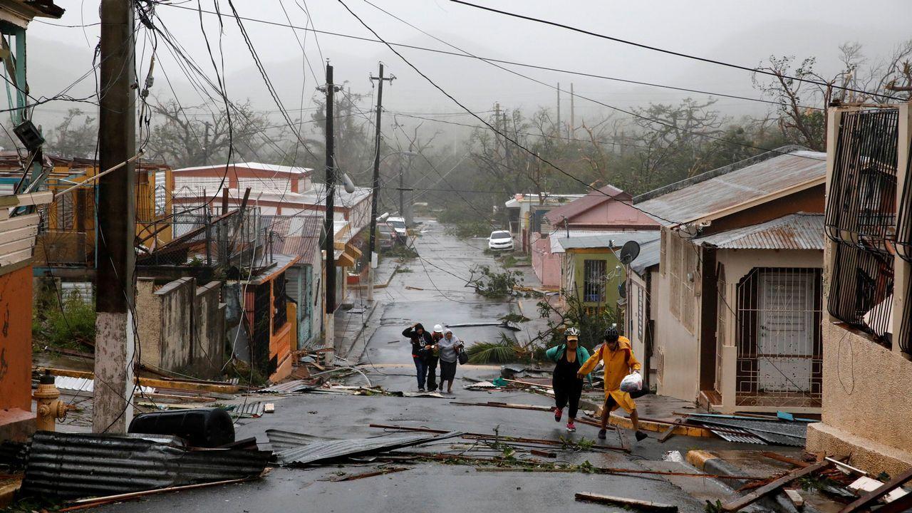 El huracán «María» arrasa Puerto Rico.Un hombre trata de recuperar del mar una de las mesas de su restaurante que se ha llevado el mar tras el devastador paso del huracán «María»