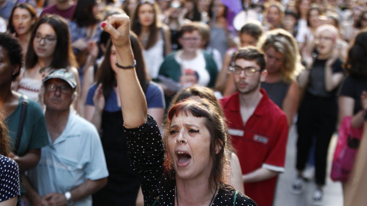 Multitudinaria respuesta en las calles a la libertad de La Manada.Momento en que desembarcan en Sicilia los migrantes rescatados por el Alexander Maersk