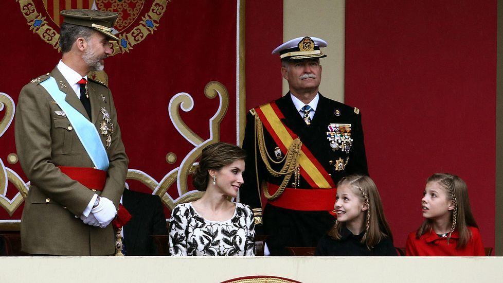 El rey felipe saluda a su llegada al acto central del Día de la Fiesta Nacional