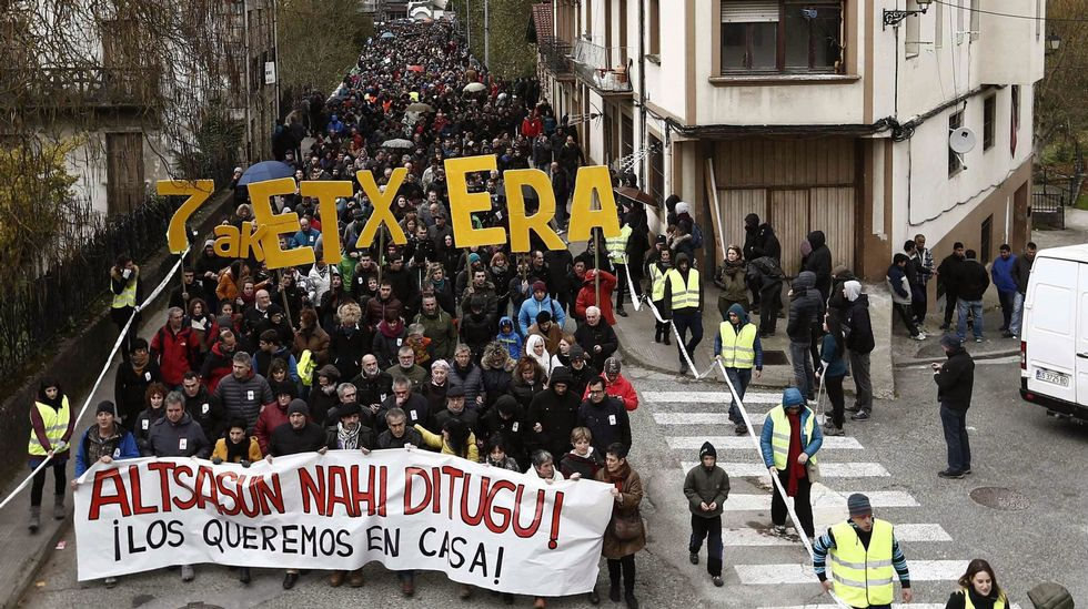 Rajoy se equivoca de botón en la votación de los presupuestos.La diputada de EH Bildu, Marian Beitialarrangoitia registró en noviembre del 2016 una extensa batería de preguntas sobre posibles cambios en la política de dispersión
