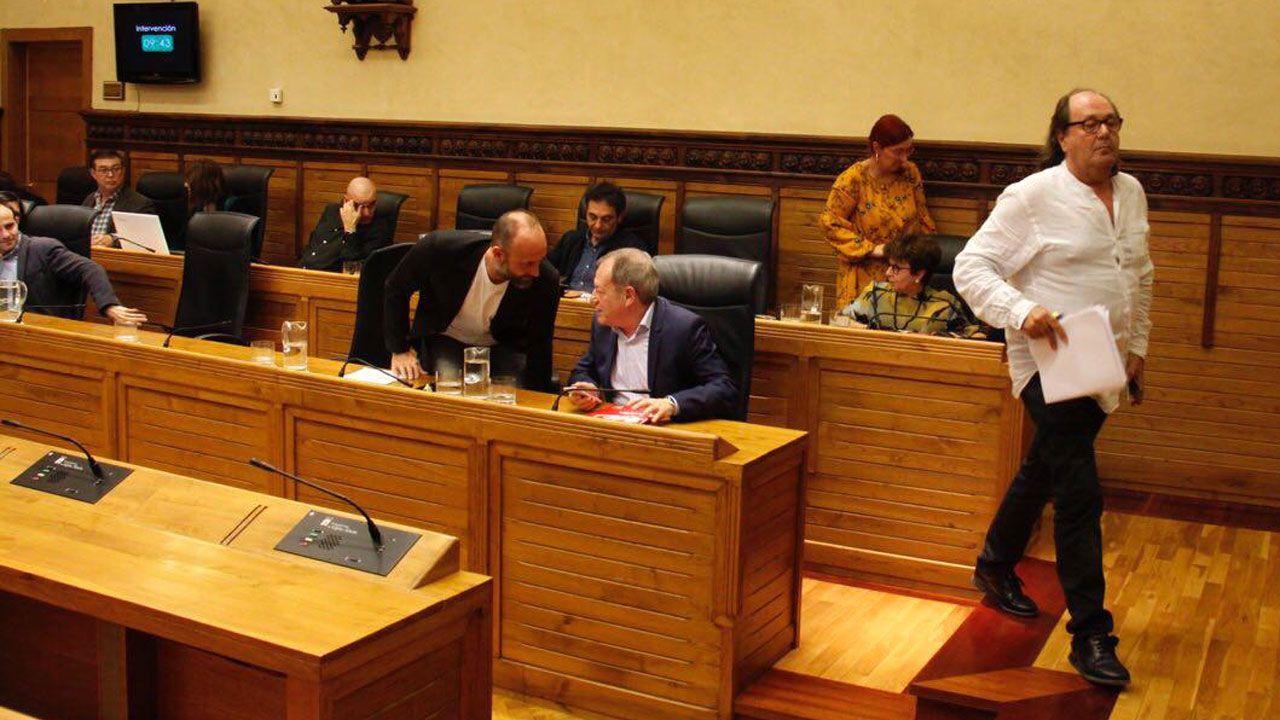 El portavoz de XsP, Mario Suárez del Fueyo, encabeza el abandono de su grupo del pleno del Debate sobre el Municipio