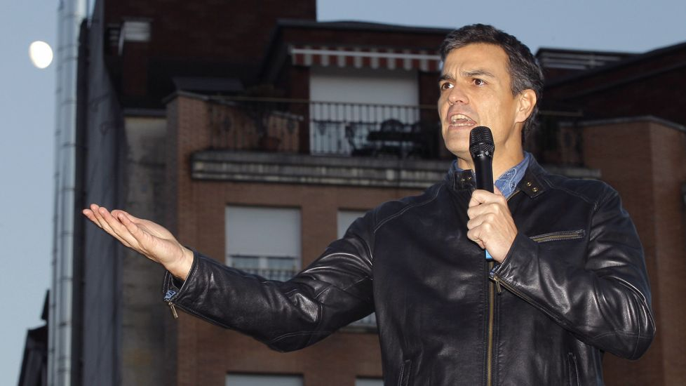 Pedro Sánchez come en una sidrería de El Entrego rodeado de miembros de su equipo y de los alcaldes de Laviana y San Martín, Adrián Barbón y Enrique Fernández.Pedro Sánchez en El Entrego