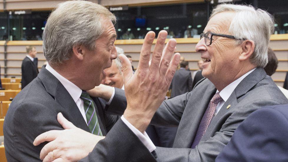 .Saludo entre Juncker y Farage