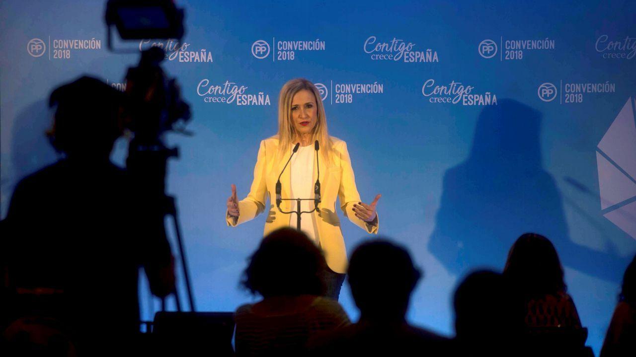 Cristina Cifuentes: «No pienso dimitir. He dicho la verdad».Rajoy plantó, en el jardín del hotel que acoge la convención, una encina. Un árbol «muy duro, bonito y español»