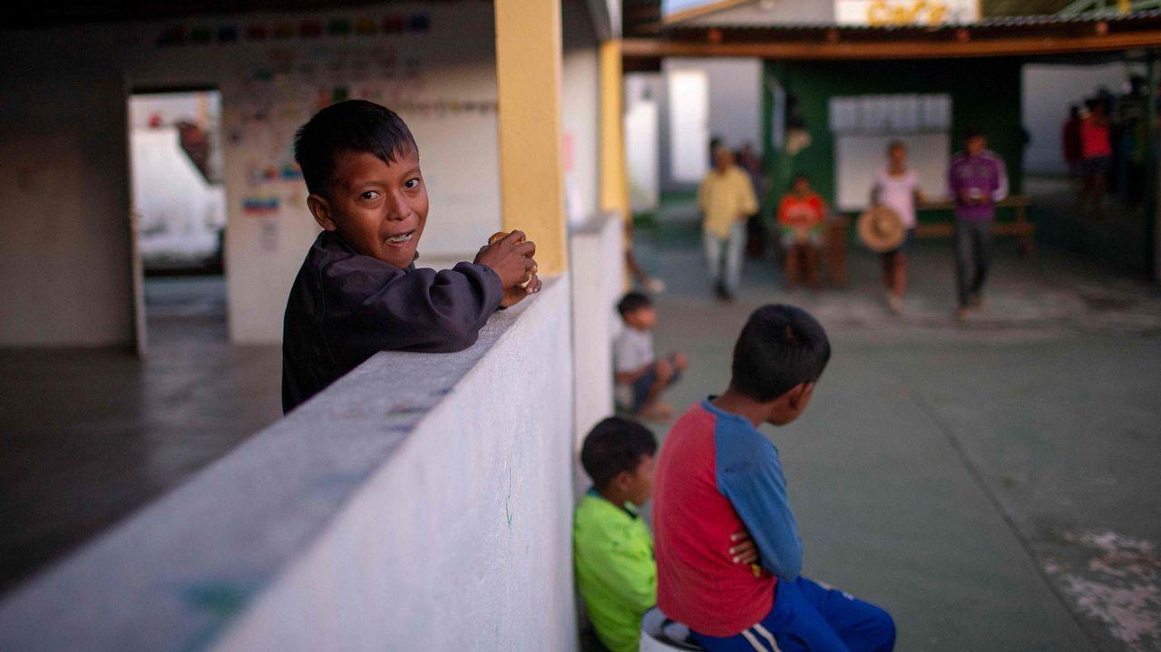 . Un niño venezolano desayuna en la parroquia del sacerdote español José López Fernández de Bobadilla en Pacaraima, Roraima, Brasil