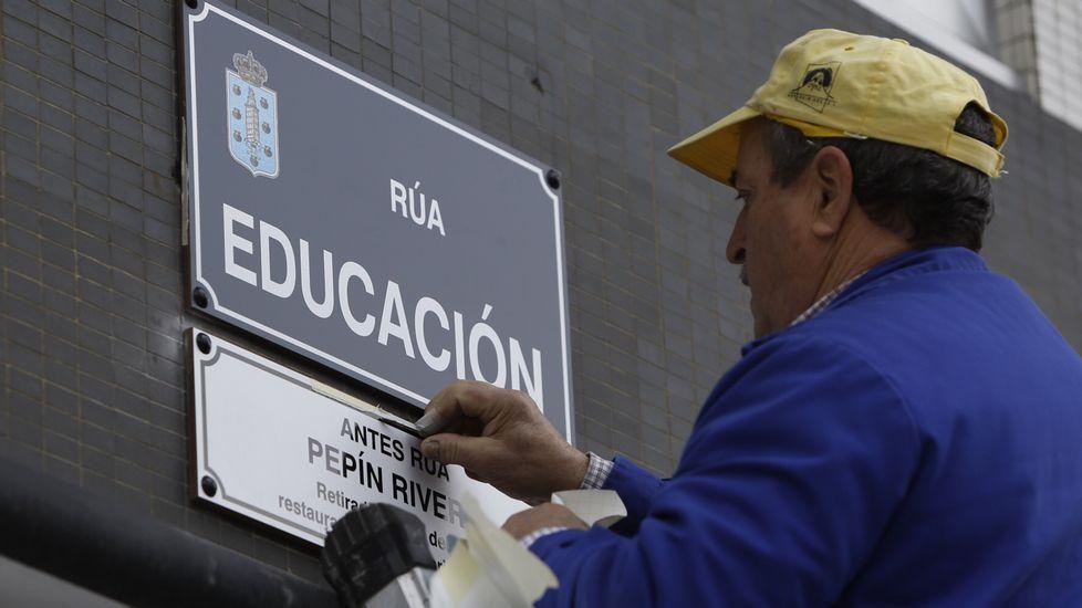 Un operario cambia la plaza de Pepín Rivero que se llama ahora calle Educación