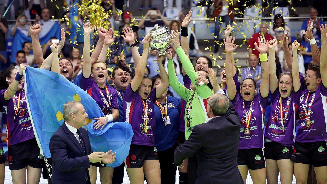 Las jugadoras del Mavi Nuevas Tecnologías celebran la victoria frente al Super Amara Bera Bera, tras concluir la final de la XXXIX Copa de la Reina de balonmano femenino en partido que se ha disputado esta tarde en el pabellón de Ciudad Jardín de Málaga