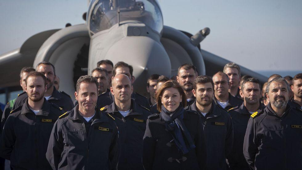 Cospedal pide perdón a los familiares del Yak-42 «en nombre del Estado».La ministra de Defensa, charlando con dos miembros de la Asociación de Víctimas del Yak-42
