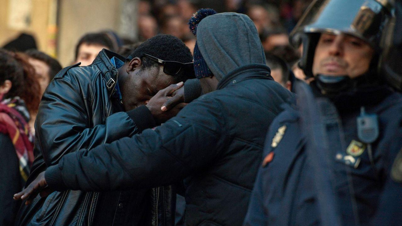 Pablo Iglesias comparece tras la filtración del documento de Bescansa.Los asistentes a la rueda de prensa del Sindicato de Manteros de Madrid y la Asociación de Sin Papeles de Madrid, guardan un minuto de silencio por Mame Mbaye, fallecido el pasado mes de marzo