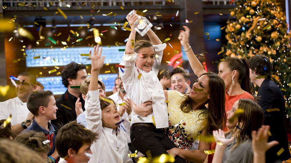 María gana «MasterChef Junior».Berasategui, segundo por la izquierda, con la familia propietaria.