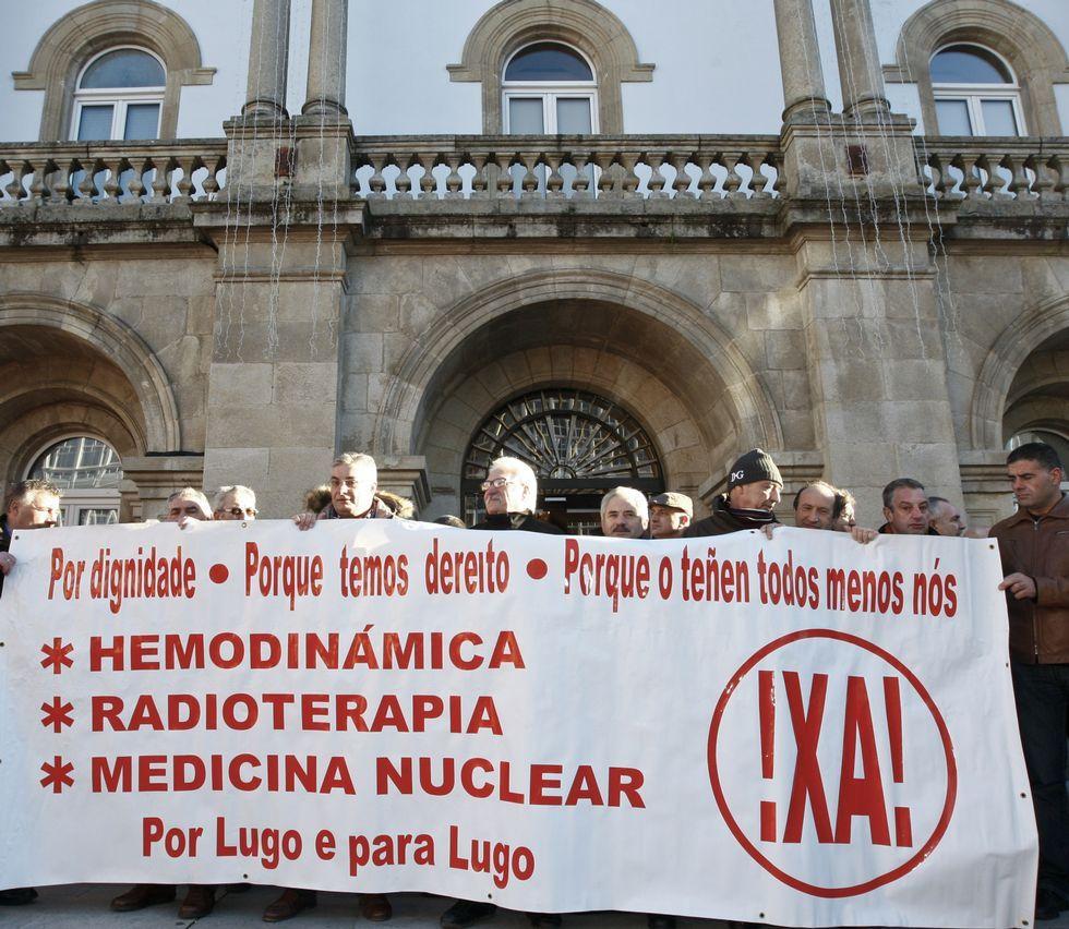 .Protesta ante la Diputación para exigir servicios sanitarios.