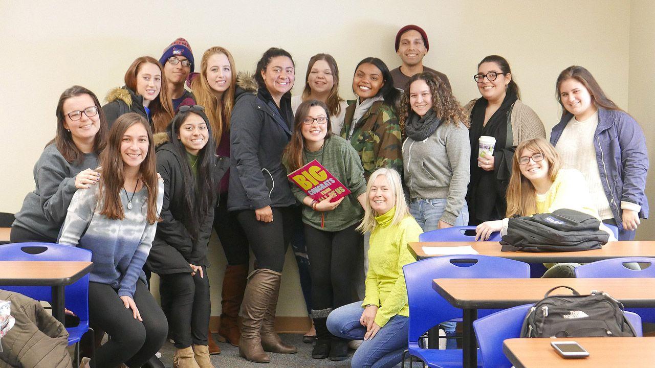 Helena Alonso (en el centro con un libro) junto a sus alumnos