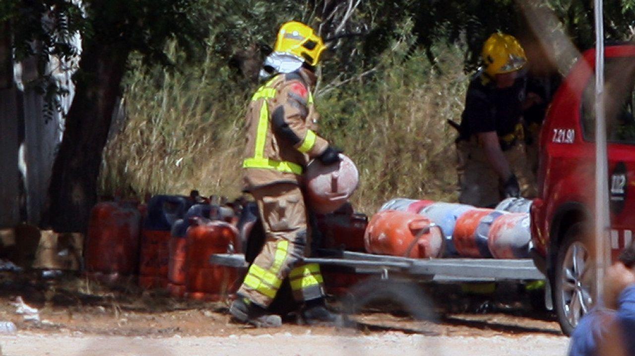 Un legado de terror... al volante.Los bomberos retiran bombonas de la casa que explotó la madrugada del miércoles en Alcanar
